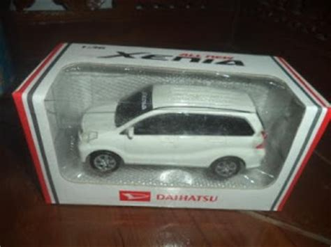 Miniatur Mobil Daihatsu Xenia Miniatur Pajangan Harga Murah mainan miniatur mobil daihatsu xenia dan toyota avanza diecast mobil jual mainan diecast