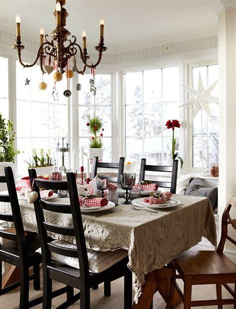 mesa de navidad tradicional en blanco  rojo