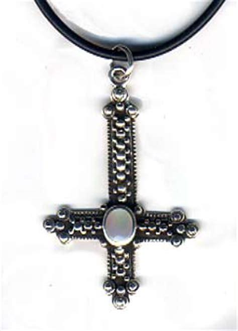 imagenes de cruces satanicas el significado de la cruz invertida soy esot 233 rica
