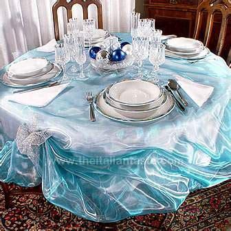 tavola natalizia e argento e azzurro sulla tavola di natale
