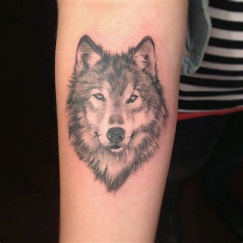 simple wolf tattoos best 25 small wolf ideas on wolf