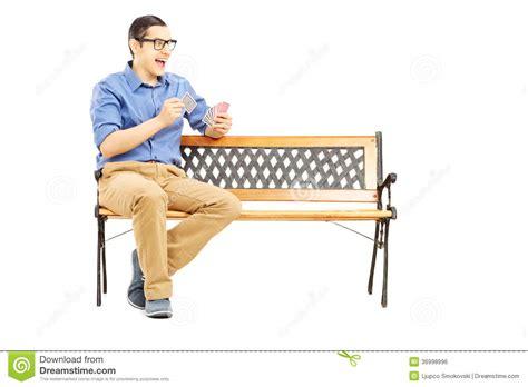 Sur Le Banc by Homme Assis Sur Le Banc Jouant Seules Des Cartes