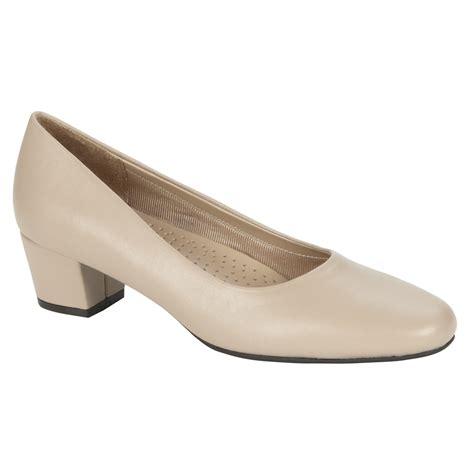 i love comfort i love comfort women s low heel comfort pump layla taupe
