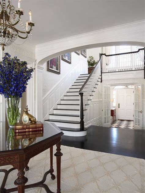 foyer gestalten eingang mit dunklem holzboden und foyer hauseingang