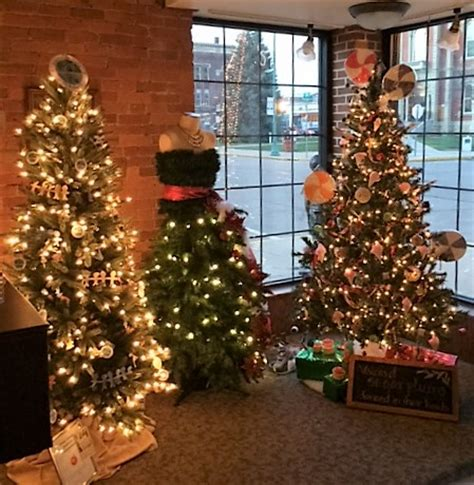christmas tree decorating contest voting is now open