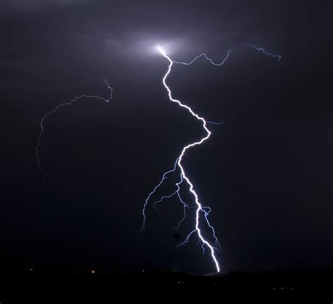 Lightning Strike Image How To Avoid Being Hit By Lightning Savingadvice