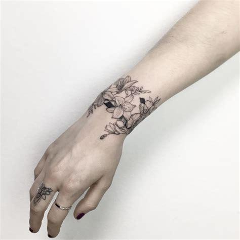 tato bulu merak di tangan 183 floral bracelet tattoo 183 by ynnopya natural tattoo