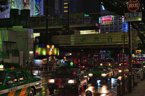 bahnhof shibuya neonlicht japan bei nacht neonfoto