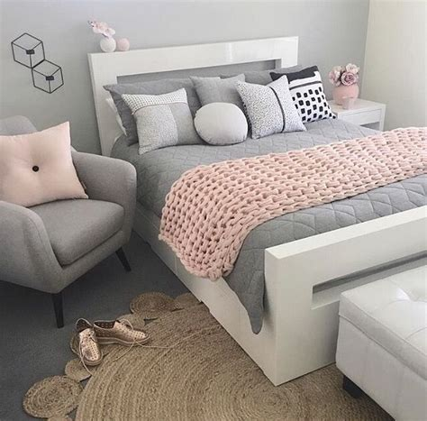 light pink bedroom chair beauty pinterest inspira 231 227 o nas cores e texturas escolhidas home decor