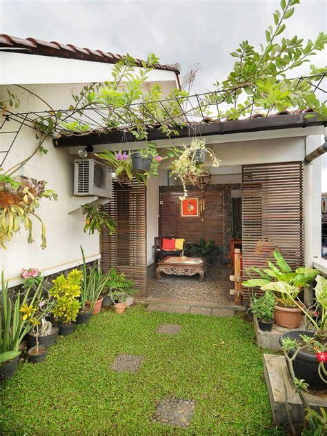 Tanduk Rusa 2 Mata By San House taman rumput di depan teras yang berada di lantai dua
