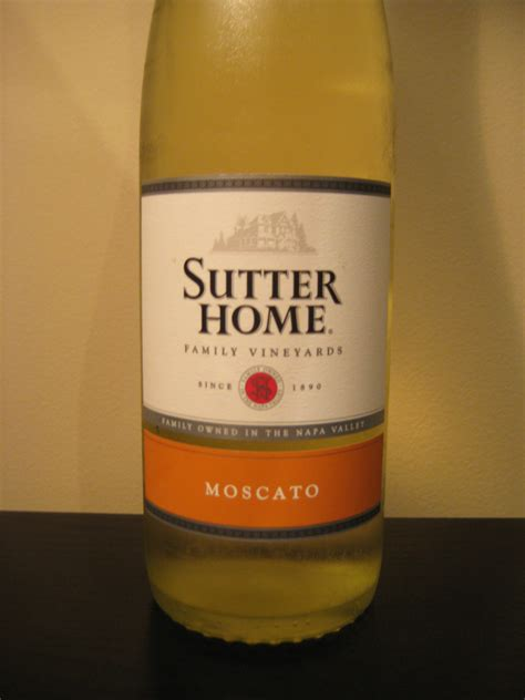 sutter home moscato pour wine