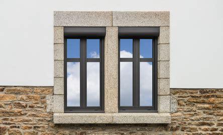 Graue Fassade Weiße Fenster by Braune Kunststofffenster