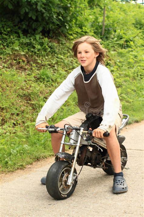 Kleine Kinder Motorrad Video by Junge Der Kleines Motorrad Reitet Stockfoto Bild Von