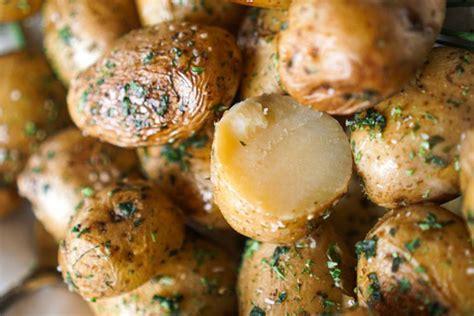come cuocere le patate al microonde intere o a cubetti