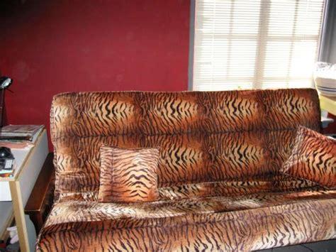 tiger print sofa television divisione di gioia