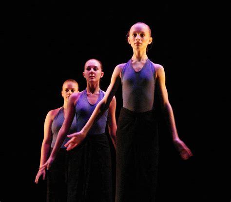 Description Of A Dancer by File Modern Dancers 2 Jpg