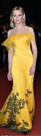 Karpet Petal Glamor by Fanning Dazzles At Cannes Festival Premiere Of