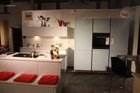 ALNO Musterküche Zweifarbige Glasfronten Küche mit