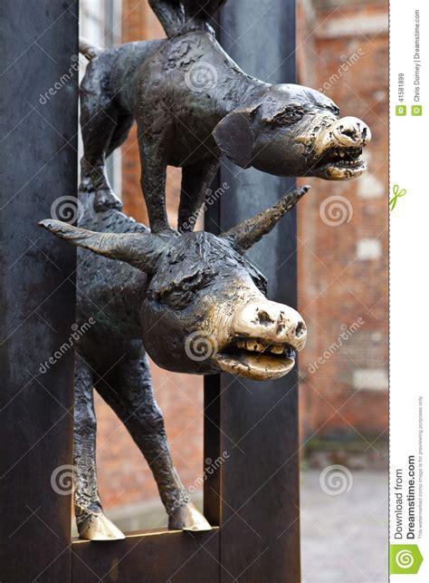 les musiciens de br 202 me lire c est partir les musiciens de ville de la sculpture de br 234 me 224 riga photo stock image 41581899