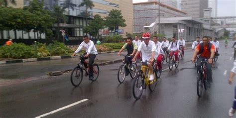 Helm Sepeda Pasifik bercelana pendek jokowi bersepeda di tengah gerimis jakarta merdeka