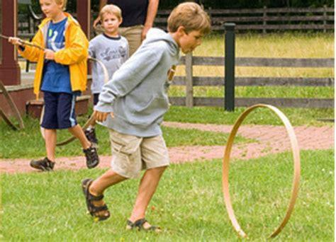 giochi da cortile bambini all aperto bello giocare fuori eticamente net