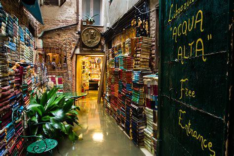acqua alta libreria libreria acqua alta a livraria inundada de veneza