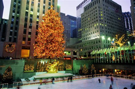 when does christmas decorations go up in new york