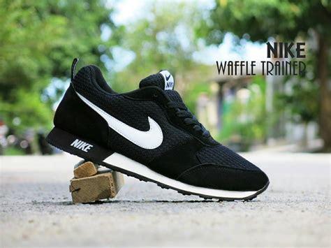 Sandal Pria Mun Cen Hitam Putih jual sepatu sport nike waffle trainer hitam putih olahraga joging cowok alvian shoes