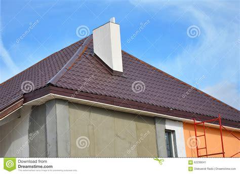 camino tetto costruzione o riparazione della casa rurale con gronda