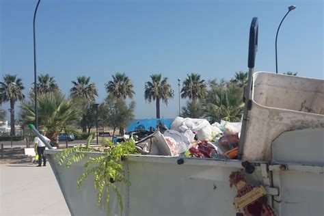 panchine parco barletta panchine danneggiate e rifiuti nel parco pietro