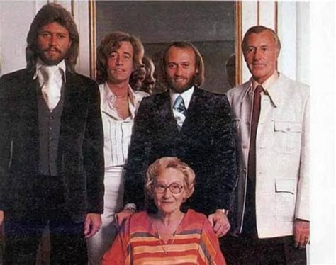 remind barbara gibb s moments the bee gees barry robin maurice hugh and barbara gibb the bee gees rock cl 225 sico y clasicos