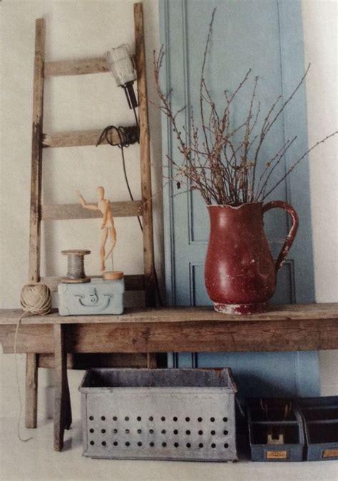 robuuste houten ladder sfeerhoekje met ladder en oude deur achter robuust houten