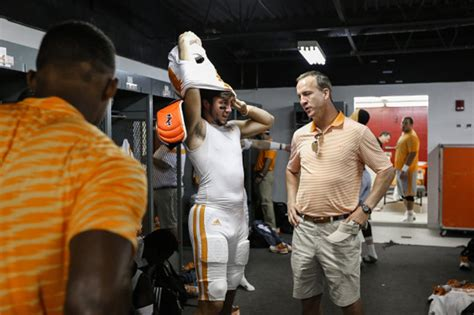 peyton manning locker room manning gives worley in advice rhea review