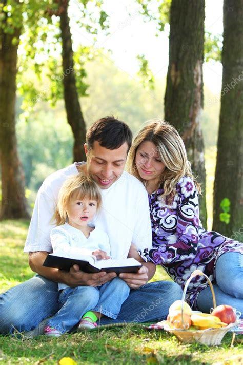 imagenes de la familia leyendo familia joven con un ni 241 o leyendo la biblia foto de