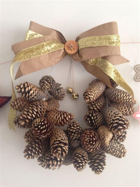 diy corona de pinas de pinosjpg corona de pi 241 as de pino pintadas con dorado cinta de