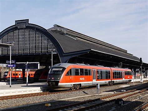 side by side geräte eisenbahn kurier vorbild und modell bahnhofshalle in