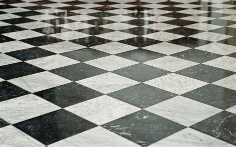 pavimento a scacchi mantieni il tuo marmo lucido con i prodotti hai in