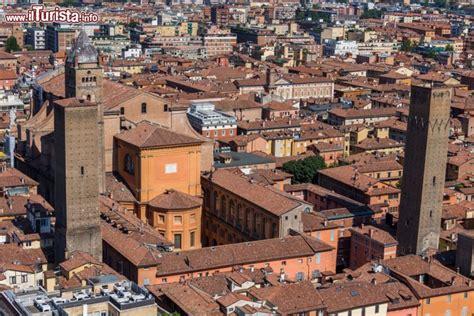 tempo bologna il centro medievale di bologna costellato di foto