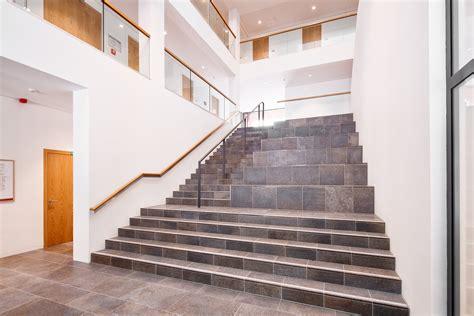 foyer treppen holzhandlauf treppe foyer eislingen stahlbau n 228 gele