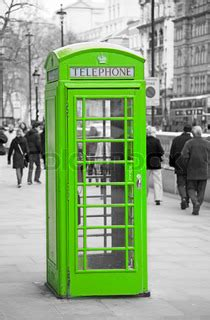 the green phone booth mindful ber 252 hmten roten telefonzelle in uk stock foto colourbox
