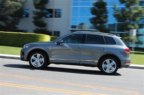 volkswagen touareg 2014 2014 volkswagen touareg r line tdi side view in motion photo 1