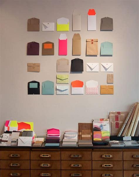 decorar paredes ideas originales decorar la pared con sobres