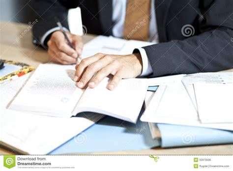 travail au bureau homme dur au travail au bureau photos libres de droits