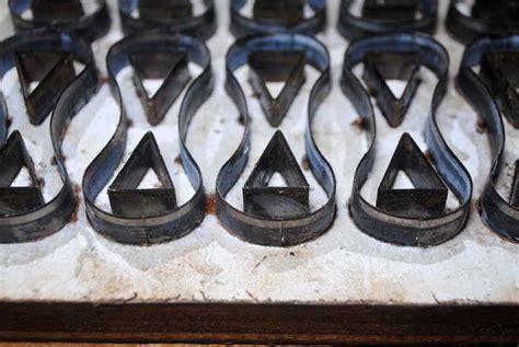 Membuat Pisau Pond tali anyaman sandal dari bahan kulit dipotong menggunakan