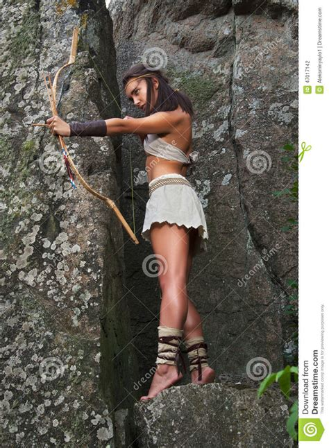 photos du site amazon warriors primitive woman standing on a rock and holding a bow