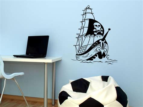 wandtattoo kinderzimmer junge piraten wandtattoo segelboot piraten piratenschiff mit totenkopf