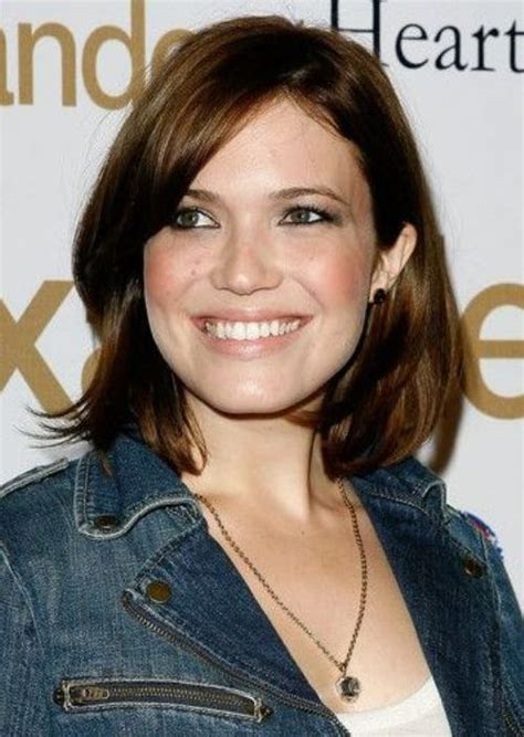 professional chin length bob with the hair tucked behind 40 mandy moore hairstyle for round faces choppy bob