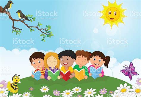imagenes niños felices animadas ni 241 os felices de dibujos animados sentado en el c 233 sped y