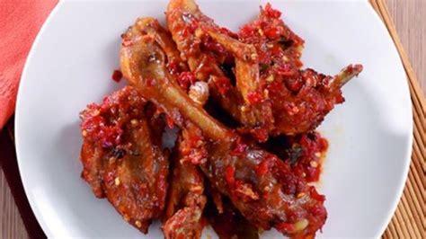ayam goreng sambal terasi disantap  nasi panas