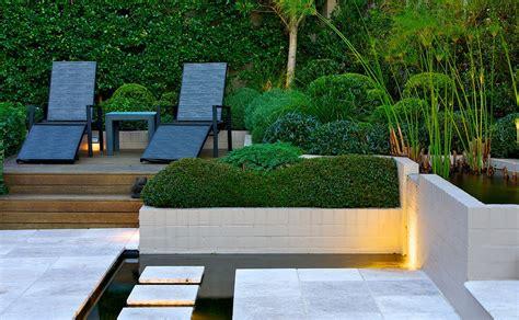 creatively designed moderne tuin op steile heuvelrug in sydney